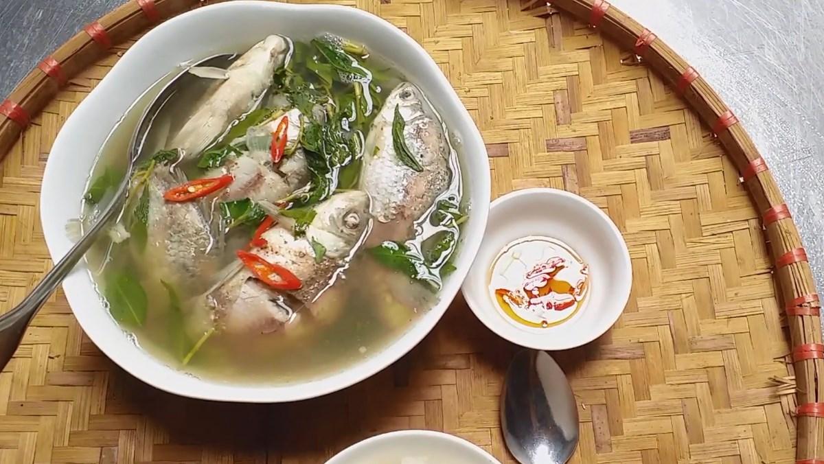 canh cá diếc nấu ngải cứu